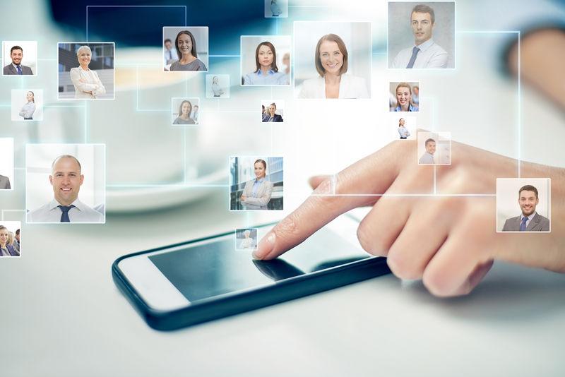 商业、技术、全球通信和人的概念-用智能手机和联系人图标投影特写女性手