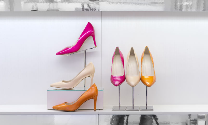 商店货架上的鞋子、高跟鞋
