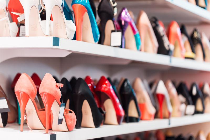 背景:商店货架上有鞋子