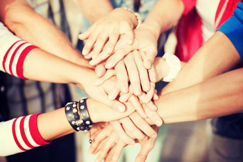 团队合作的理念:手的特写:业务团队表现出团结一致的双手放在一起
