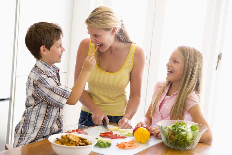母亲和孩子一起做饭-一起吃饭