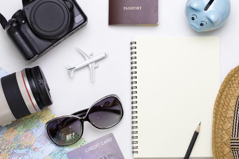 旅游配件顶视图-提供文本信息的空白空间-旅游度假背景概念