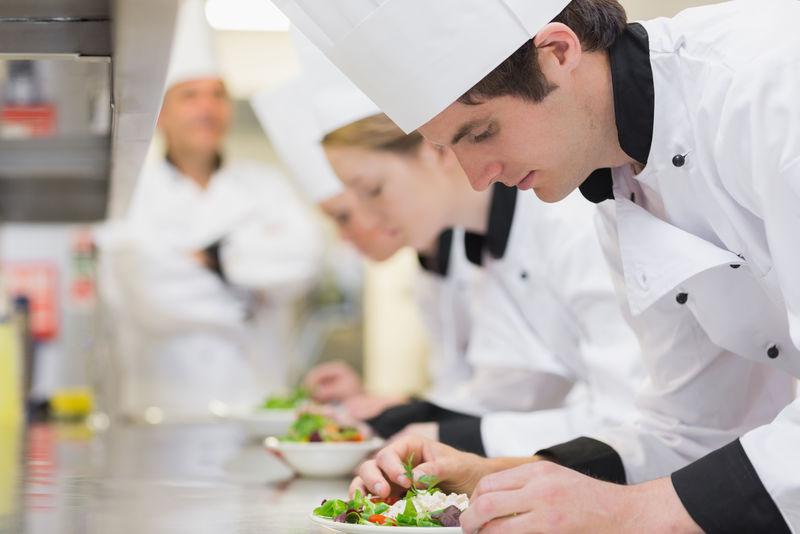 在厨房烹饪课上-做沙拉的老师正在俯视