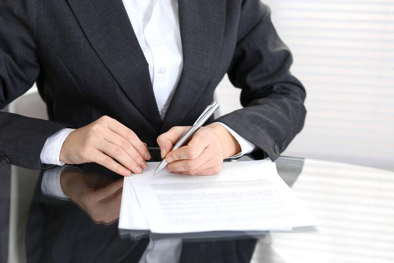 用笔画结束女性手的接触文件、商业理念