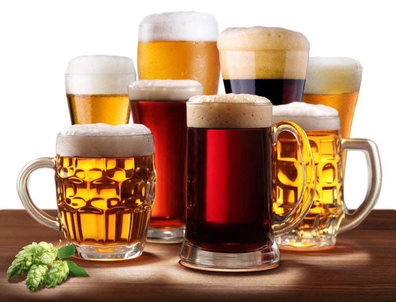 各种啤酒杯的静物生活-孤立在白色背景上