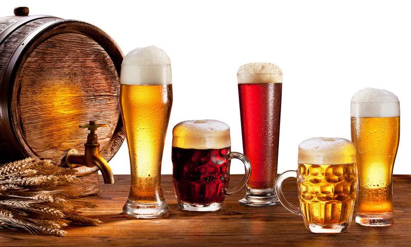 木桌上有啤酒杯的啤酒桶-孤立在白色背景上-此文件包含剪切路径