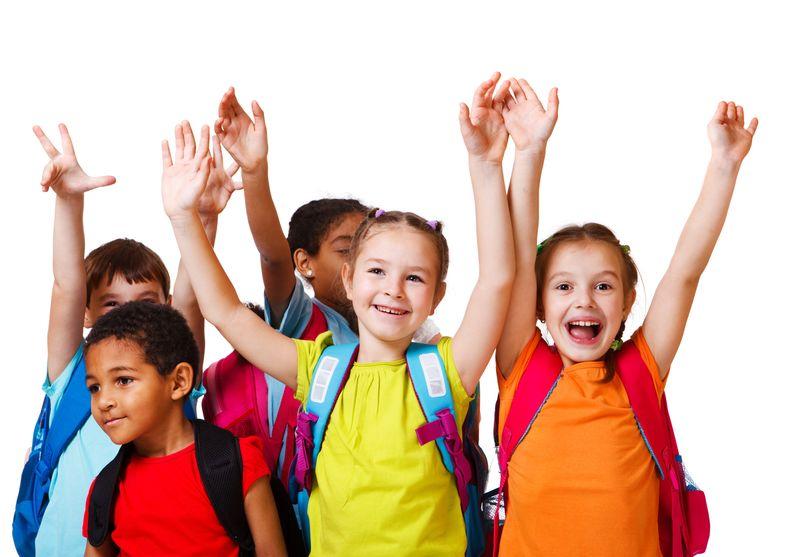 带背包的兴奋的学龄儿童