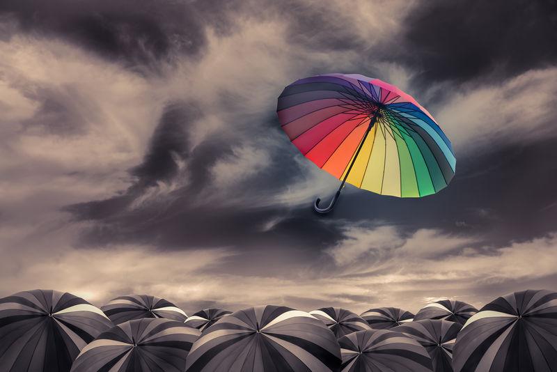 彩虹伞飞出大量的黑色伞