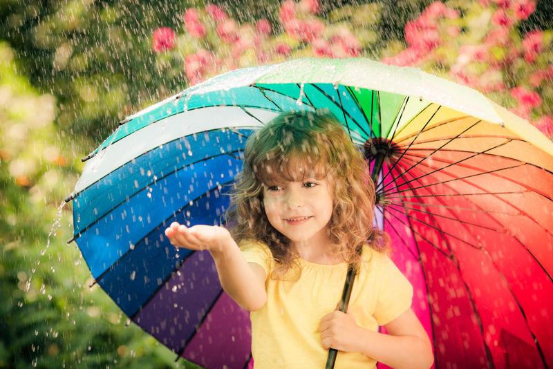 雨中的快乐孩子-在春天公园玩的有趣小孩