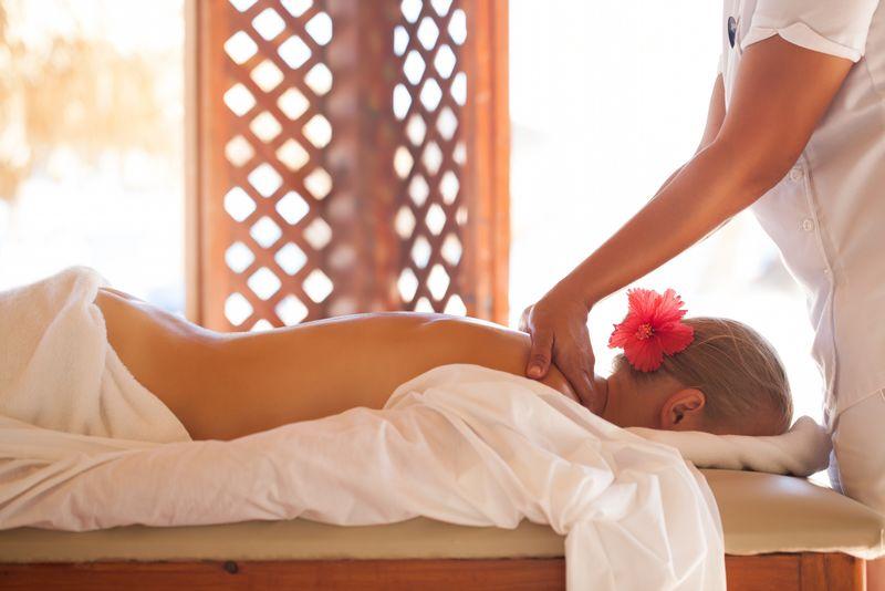 妇女在度假胜地的美容水疗中心接受专业的背部按摩-健康和身体护理