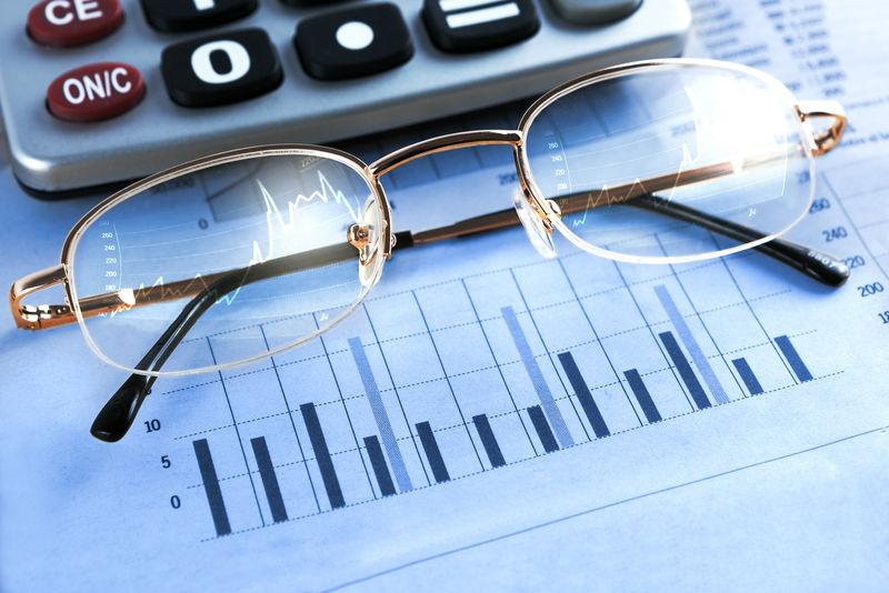 财政和经济基金:统计、图表和眼镜