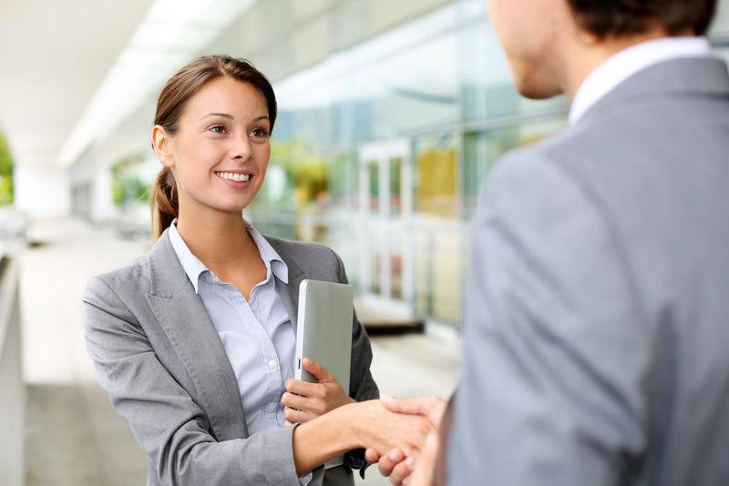 女商人与合伙人握手