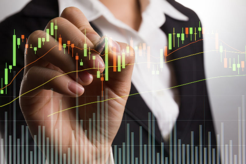 商人在屏幕上为股票交易市场写图表