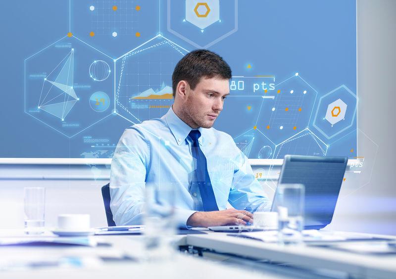 商务、人员和工作理念-在办公室虚拟屏幕上配备笔记本电脑和增长图表的商人