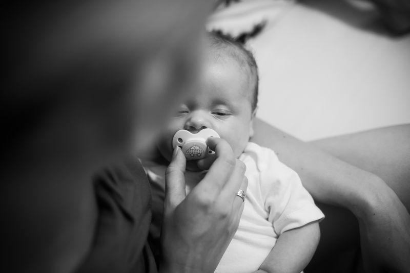 咬着奶嘴的婴儿