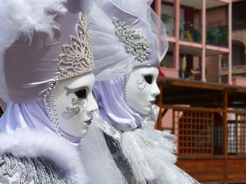 在威尼斯嘉年华(Carnevale di Venezia)上狂欢于传统的精致面具和服装-威尼斯、威尼斯、意大利、欧洲