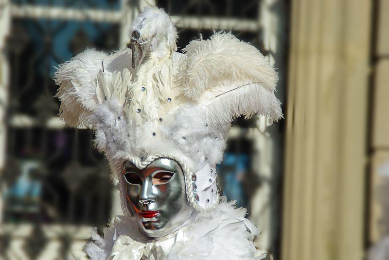两个威尼斯面具在嘉年华频道的背景上-意大利威尼斯-2017年2月20日