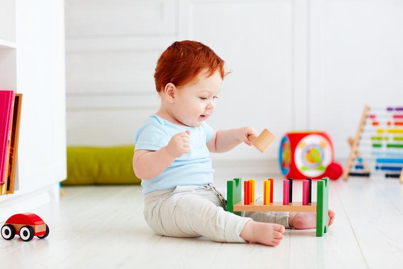 快乐的男婴在家玩玩具