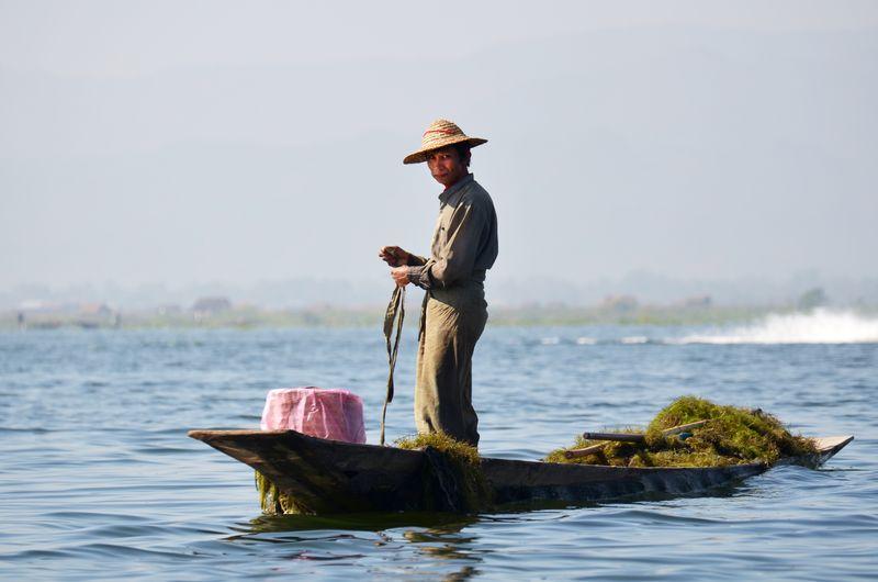 伊莱-缅甸-2016年2月14日-缅甸人用独特的方法在伊勒湖上划船和捕鱼-伊莱湖是海拔880米的最高湖泊之一