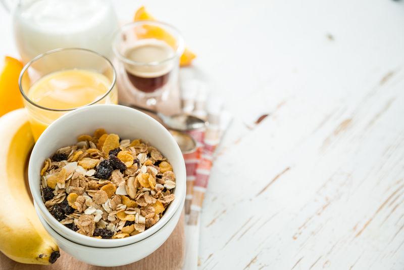 早餐麦片和水果的白色背景