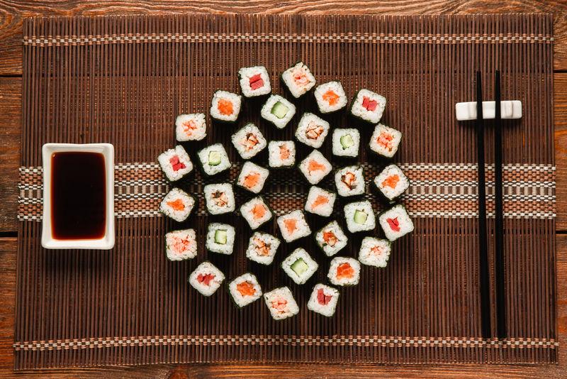 日本美味的大寿司套装,铺在棕色草席上,平放。传统和健康的海鲜美食,美食艺术,餐厅菜单照片。