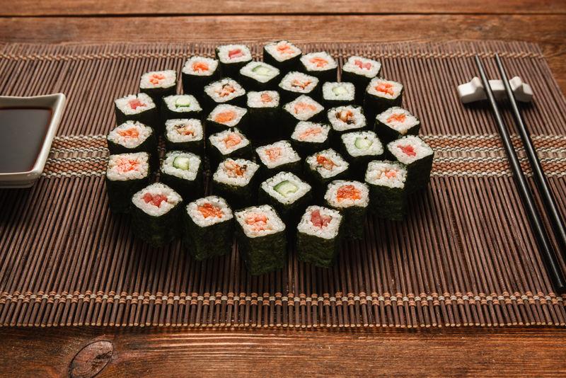 一套美味可口的日本寿司放在草席上,特写镜头。麦吉卷,艺术食品,豪华餐厅菜单照片。国家东方海鲜。
