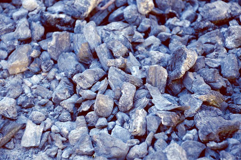 烧成的煤渣石的深色结构