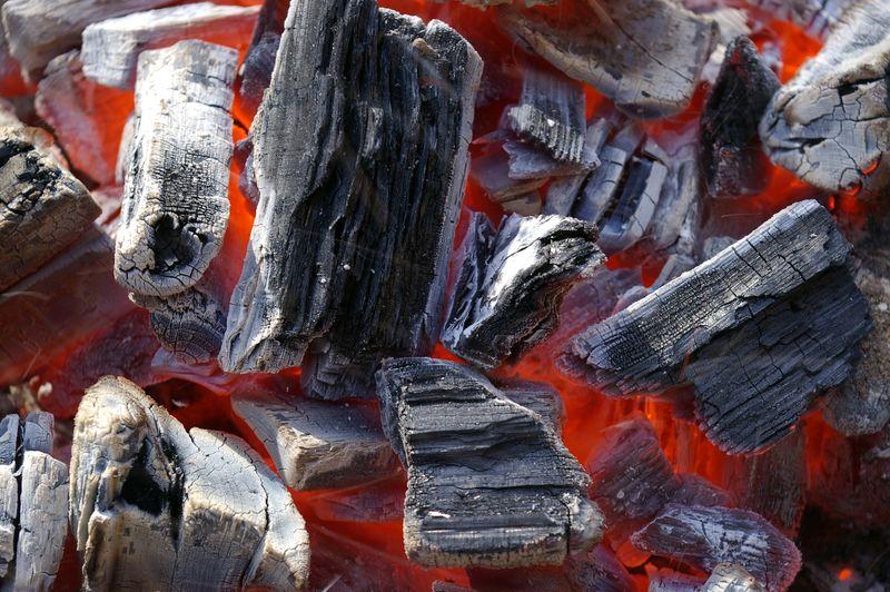 烤架里的煤-准备烧烤-烤架里的热煤