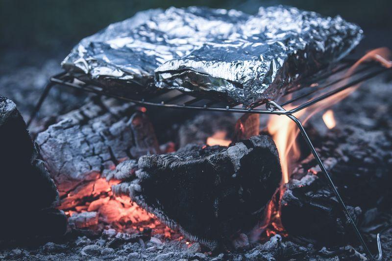 营火中的烧烤