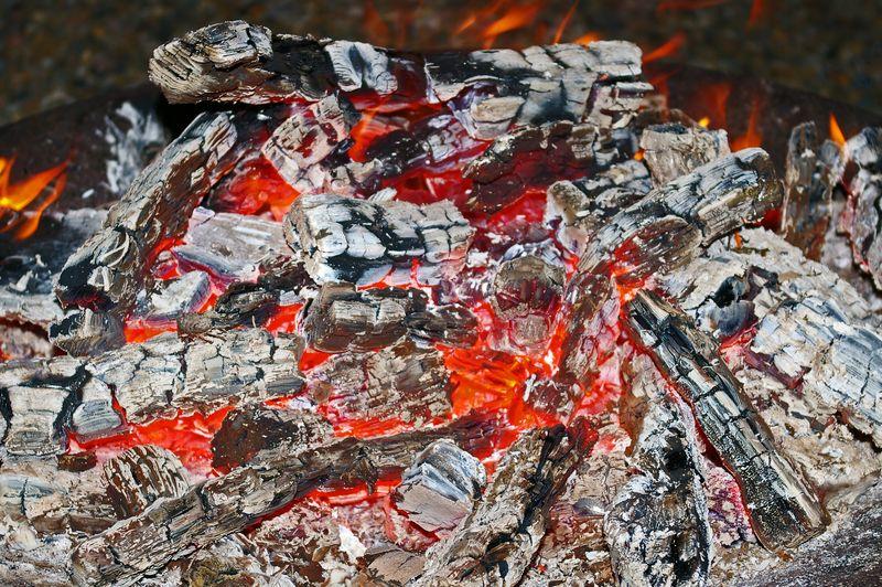 火盆里有明亮的火焰和炽热的天然木炭