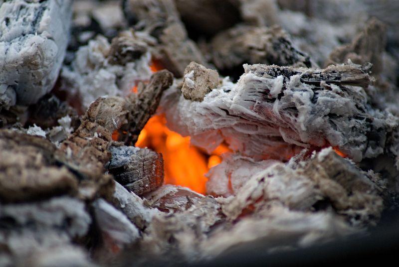 背景燃烧木柴