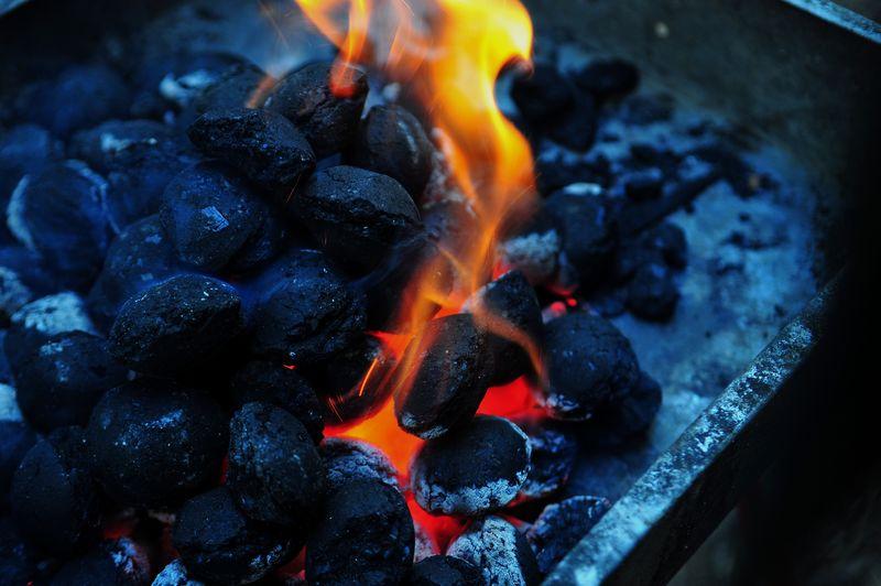 准备烧烤用的红热炭-特写镜头