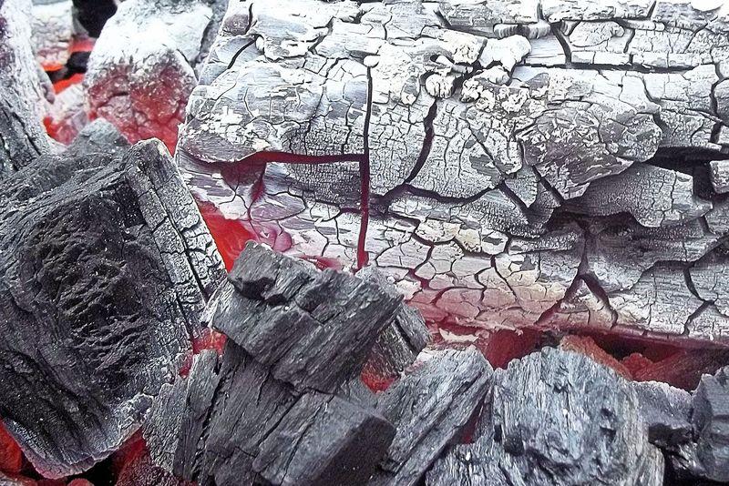带有红色热闷烧木炭余烬、紫色和蓝色的木柴-俯视图
