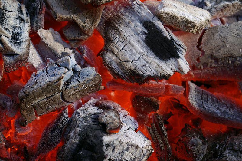 火炭与红色热烤炉火有助于保持燃烧的木炭