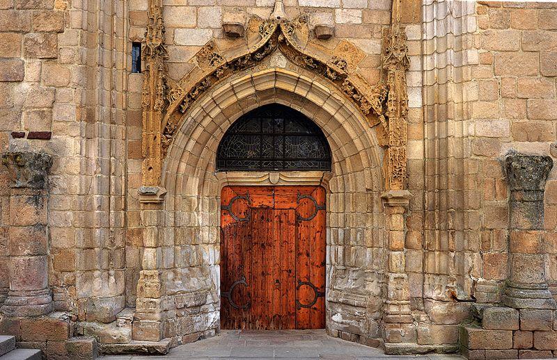 圣徒彼得和布莱斯十五世纪教堂的门和壁画