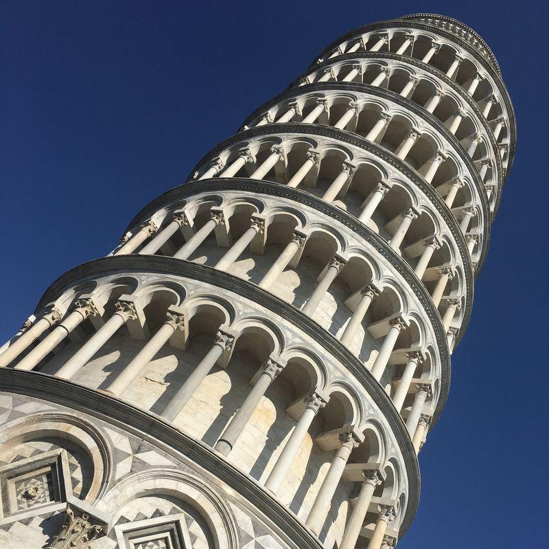 意大利比萨——2019年3月13日:比萨斜塔-比萨斜塔是意大利比萨城大教堂的钟楼-或独立的钟楼-以其意想不到的倾斜而闻名