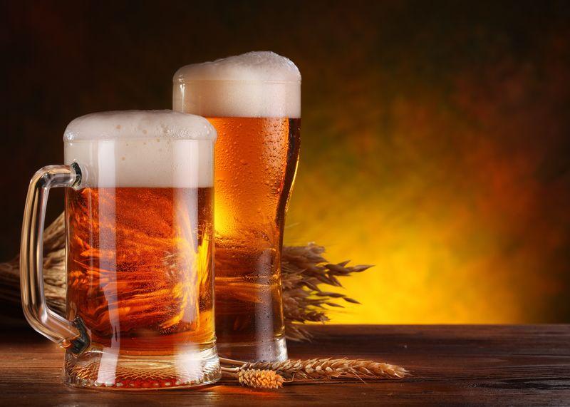用玻璃做生啤酒的静物