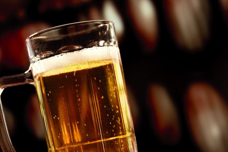 老式背景啤酒杯
