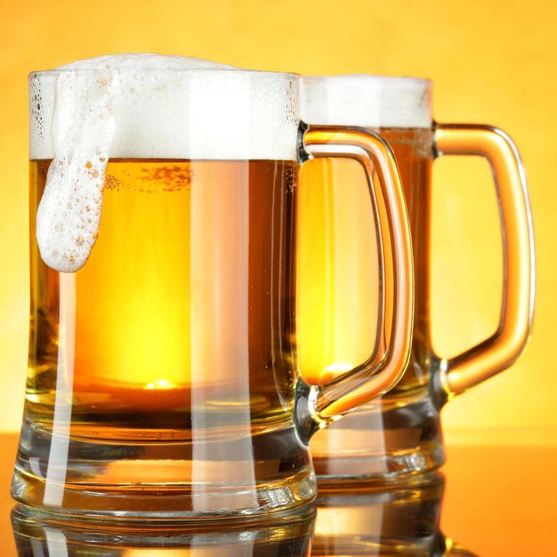 泡沫黄底啤酒杯