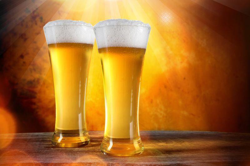金底玻璃杯里的啤酒