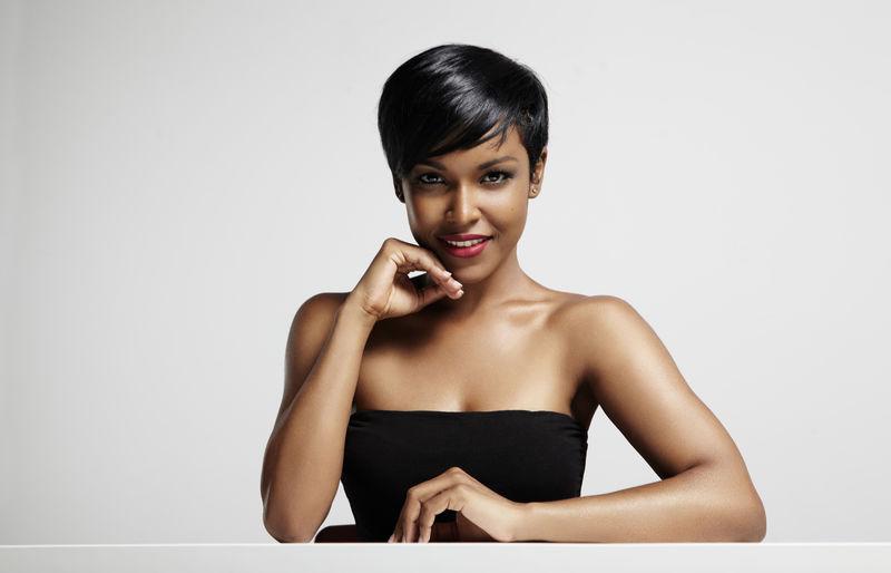 美丽的黑人女性-理想的皮肤在摄像机前观看