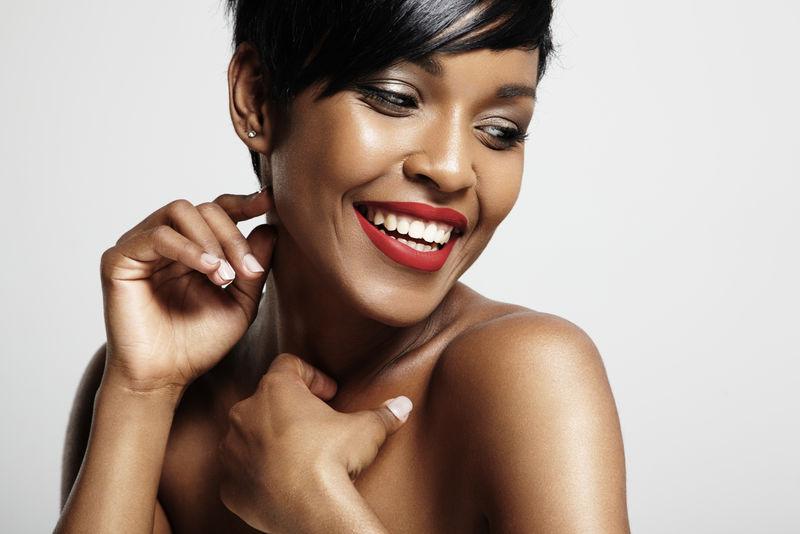 微笑快乐的黑人妇女