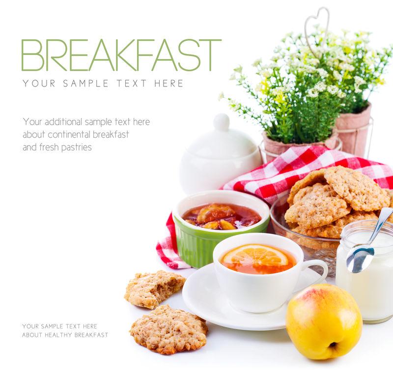 早餐有茶和新鲜饼干-白底隔离