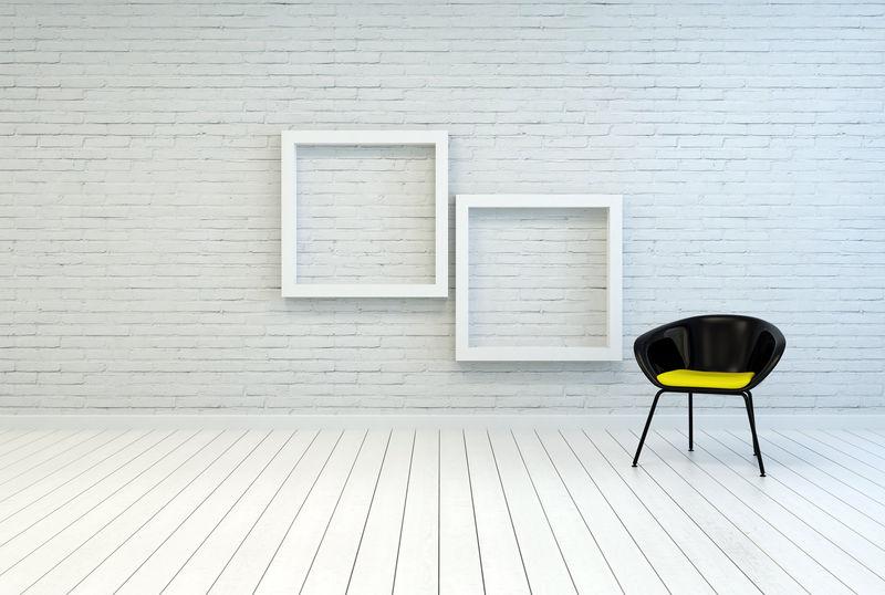 两个空画框旁边的浴缸椅