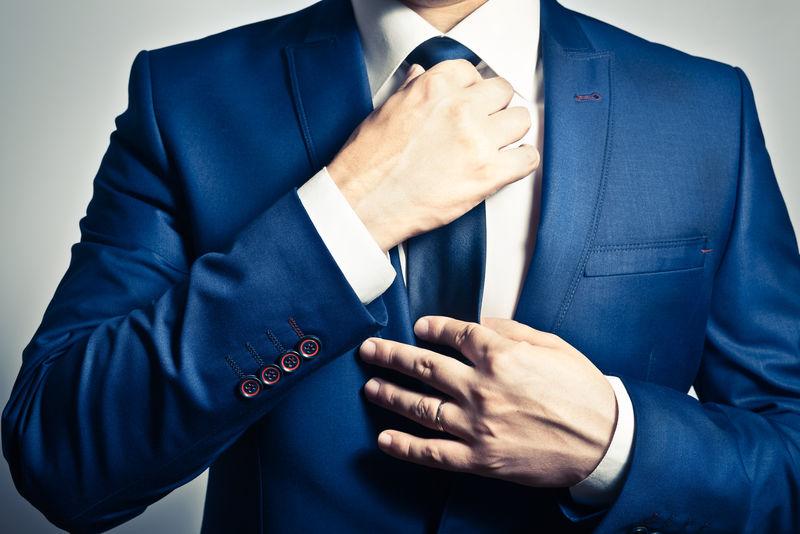 穿蓝西装的商人系领带