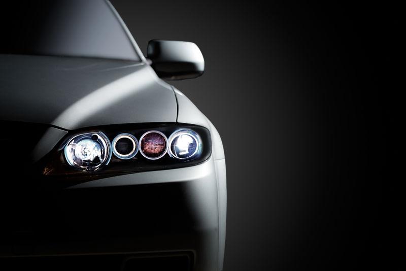 黑色背景下的灰色现代汽车特写镜头
