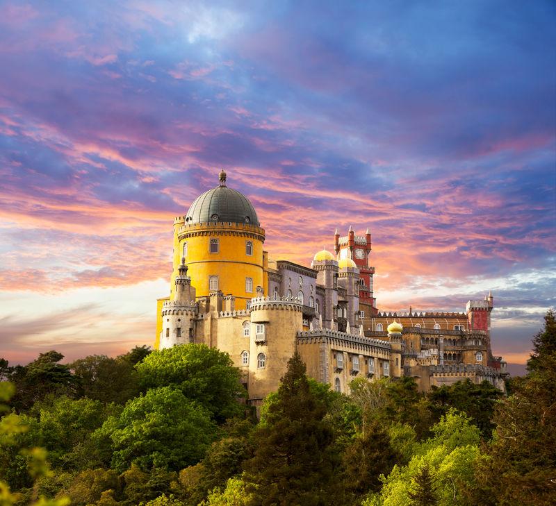 日落天空下的仙女宫/葡萄牙辛特拉佩纳国家宫殿全景图/欧洲