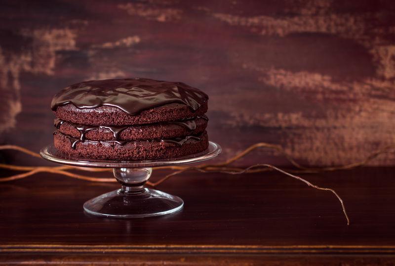 美味的纯素巧克力蛋糕放在老式木桌上-选择性聚焦-复制文本空间