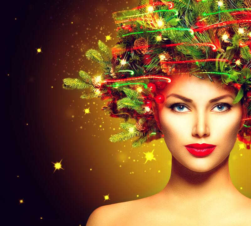 圣诞冬季时装模特儿-圣诞树发型-饰有花环灯和小饰品-弥补-美女-美丽的新年假期创意发型