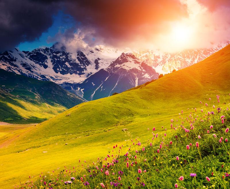 在什哈拉山脚下戏剧性的天空-上斯瓦内提-格鲁吉亚-欧洲-高加索山脉-美丽世界